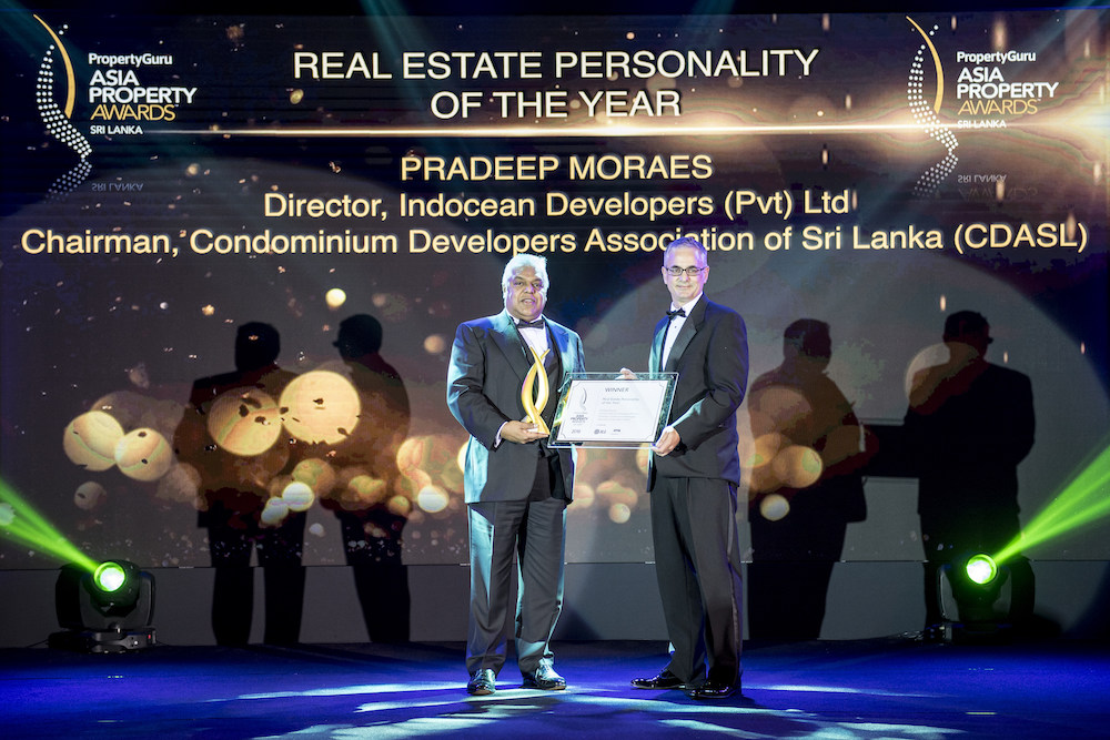 PropertyGuru Group COO Jeremy Williams presents the first-ever Sri Lanka Real Estate Personality of the Year award to industry veteran Pradeep Moraes