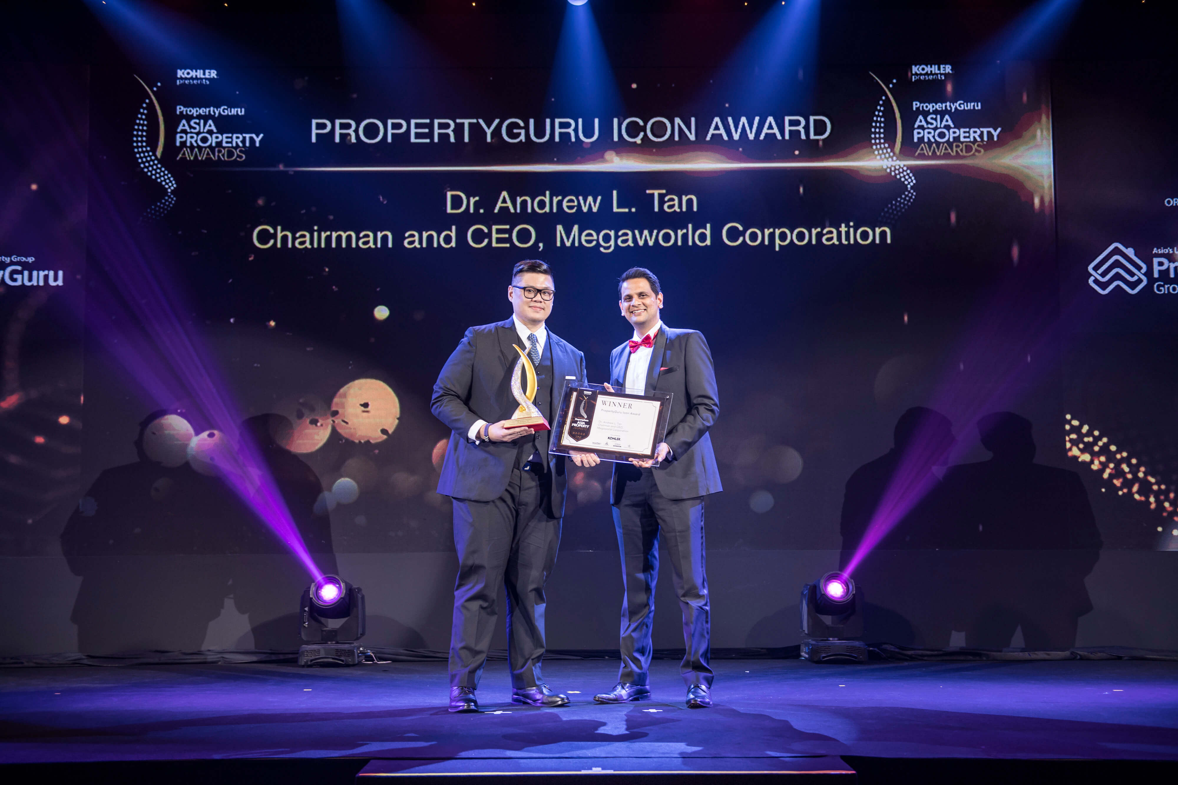 PropertyGuru Group CEO Hari V. Krishnan presents the Icon Award to the son of Megaworld chairman and CEO Dr. Andrew L. Tan
