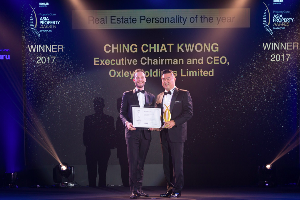 Ching Chiat Kwong, executive chairman and CEO of Oxley Holdings Limited, receives the 2017 Singapore Real Estate Personality of the Year award from PropertyGuru Property Report head of publishing Liam Aran Barnes at the PropertyGuru Asia Property Awards (Singapore) on 7 November.