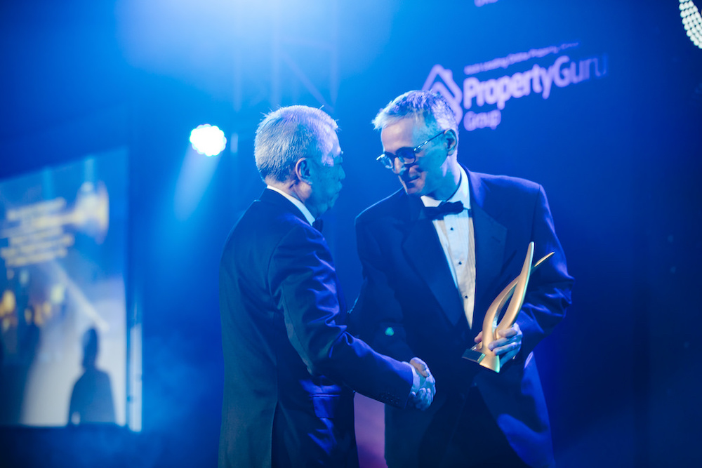 PropertyGuru Group chief operating officer Jeremy Williams presents the 2018 Indonesia Real Estate Personality of the Year award to philanthropist Hendro S. Gondokusumo of PT Intiland Development Tbk