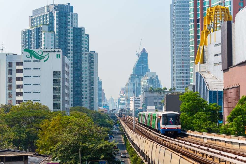 A BTS train runs toward the Ekkamai station. David Bokuchava/Shutterstock