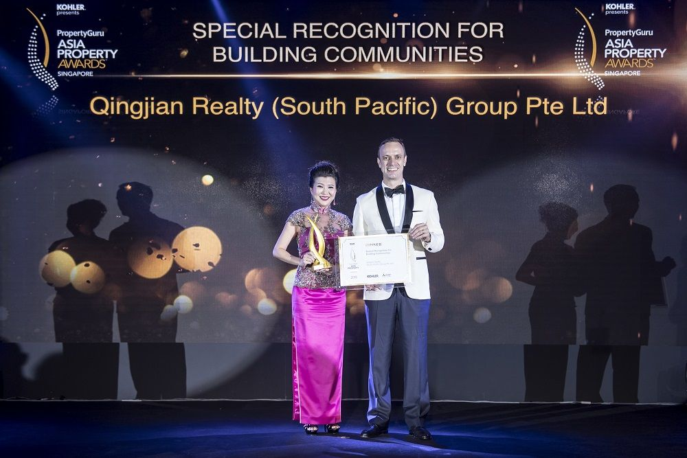 PropertyGuru Asia Property Awards founder Terry Blackburn presents Qingjian Realty the Special Recognition for Building Communities